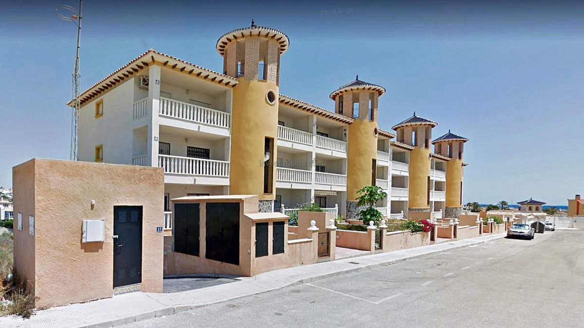 Apartment in Orihuela Costa, flanked by the sea and natural areas.