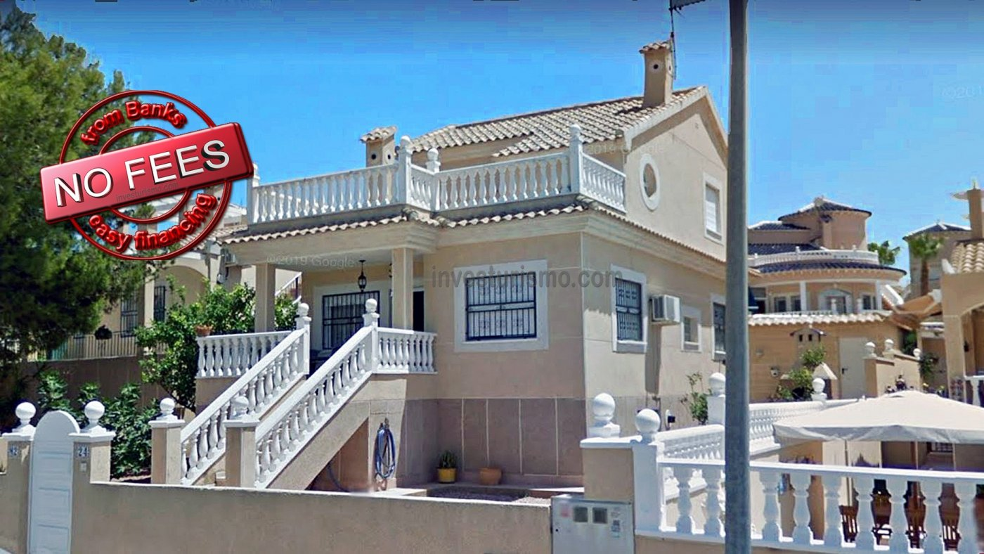 Detached villa with gardens and private pool in Orihuela Costa
